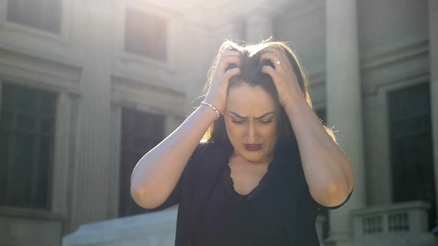 vídeos de stock e filmes b-roll de concept of business woman having a professional crisis pulling her hair feeling stressed and frustrated in slow motion - puxar cabelos