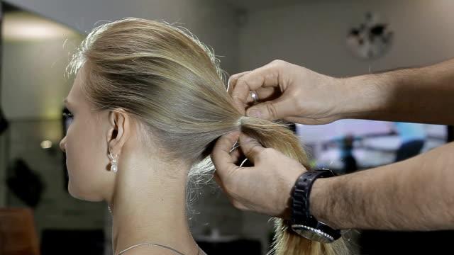 髪のケアの概念です。美容師は、クライアントの髪を示します - ダメージ点の映像素材/bロール