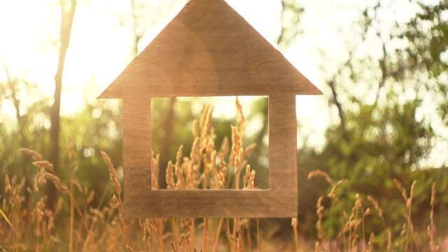 vídeos y material grabado en eventos de stock de adquisición de concepto de una nueva casa de eco, venta de bienes inmuebles. - hipotecas y préstamos