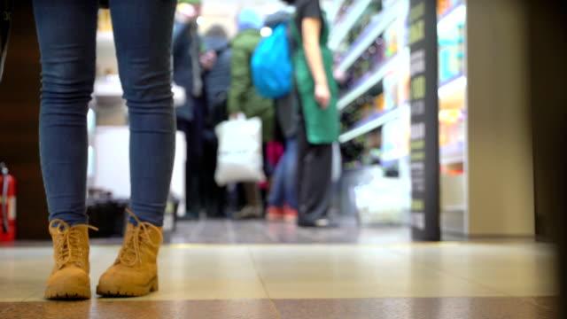 vidéos et rushes de concept commerciales foules au centre commercial. dedans et dehors, les femmes viennent du magasin de cosmétiques de la femme. sous vue - relation client