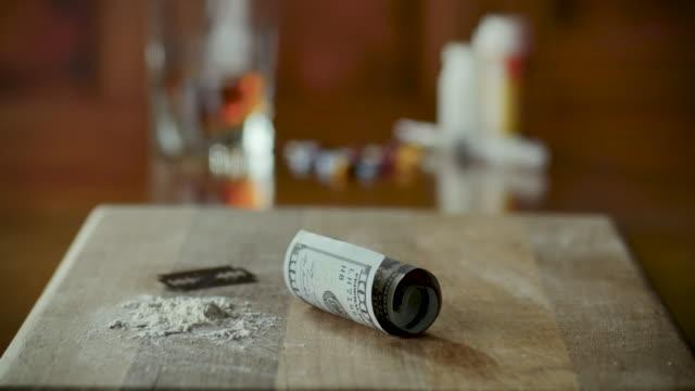 begrepp - drogmissbruk inklusive alkohol, kokain, oxykontin, opioid, narkotika - amfetamin pills bildbanksvideor och videomaterial från bakom kulisserna