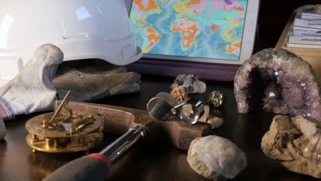 stockvideo's en b-roll-footage met conceptuele geoloog vooruitzicht & drill minerale mijnbouw exploratie van geologie - geologie