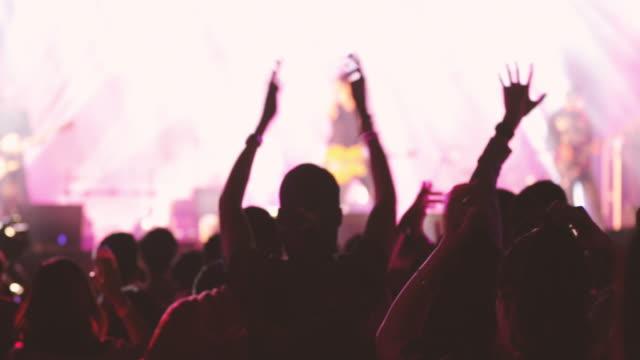vídeos de stock, filmes e b-roll de multidão de concerto e pessoas dançando - músico pop