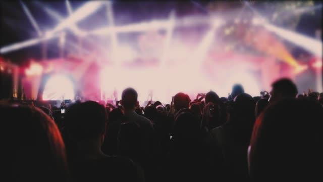 konzert-publikum und tanzende menschen - musikfestival stock-videos und b-roll-filmmaterial