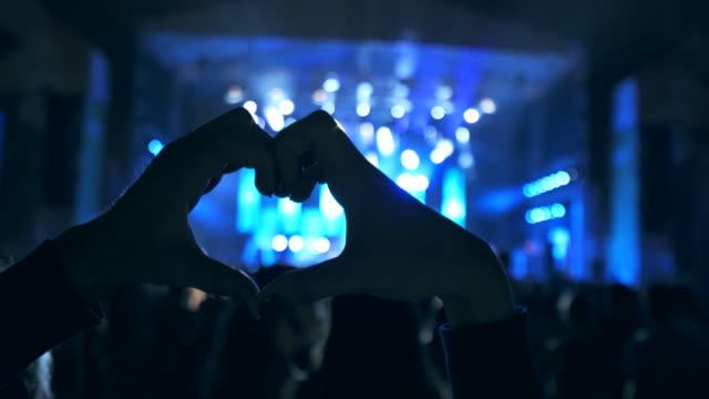 vídeos de stock, filmes e b-roll de fãs do show. - músico pop