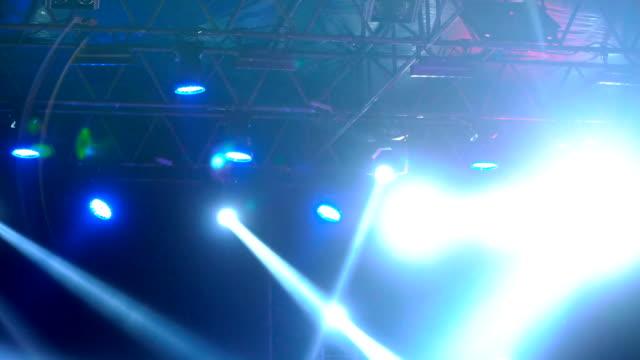 konzert-licht-show. - rampenlicht stock-videos und b-roll-filmmaterial