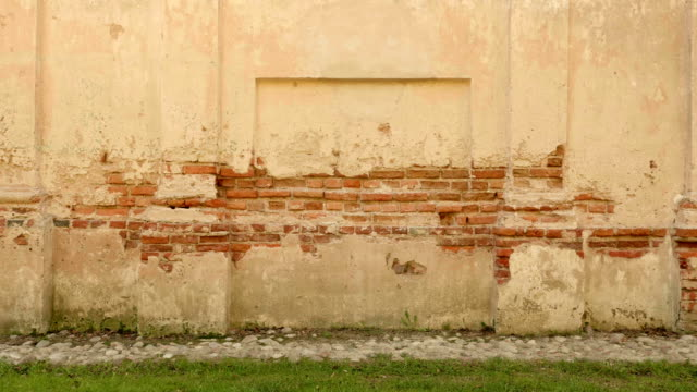 Cemento pared de ladrillos del antiguo castillo. Otoño día. Lisa dolly shot. - vídeo