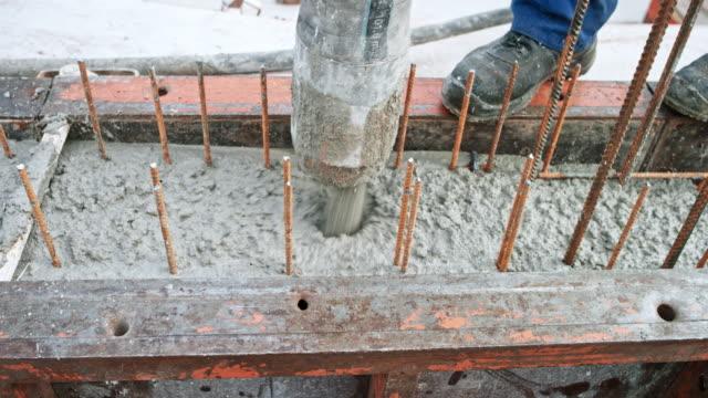 vídeos y material grabado en eventos de stock de concreto que fluye fuera de la manguera y en el encofrado - material de construcción