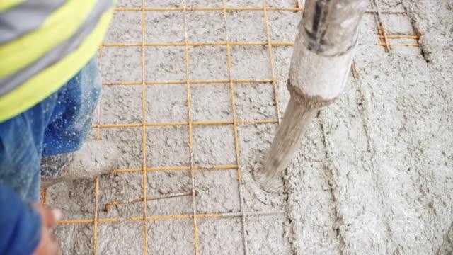 コンクリート ホースから流れ出る - セメント点の映像素材/bロール