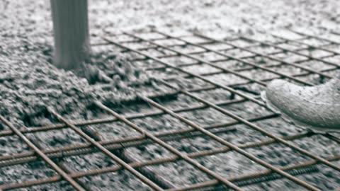 calcestruzzo che scorre sotto la rete della barra rinforzata e riempie le aperture - calcestruzzo video stock e b–roll