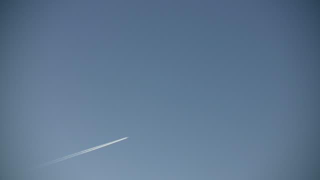 condensation trails left behind from a passing airplane (high definition) - 蒸氣雲 個影片檔及 b 捲影像