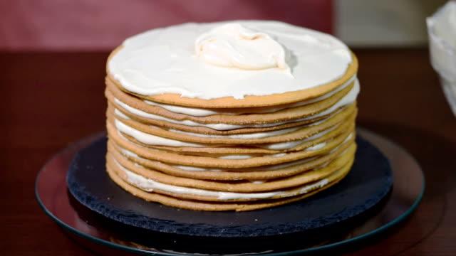 pudra layer cake hazırlar. yemek kek - muhallebi stok videoları ve detay görüntü çekimi