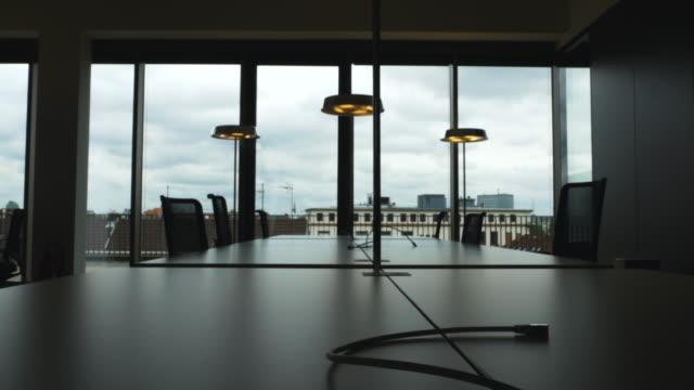 회의 책상 및 이더넷 케이블 실루엣 - 가정의 방 스톡 비디오 및 b-롤 화면