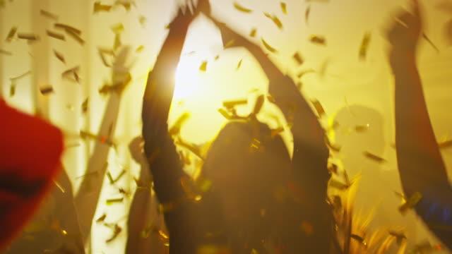 konfetti faller på festande publiken - dansbana bildbanksvideor och videomaterial från bakom kulisserna