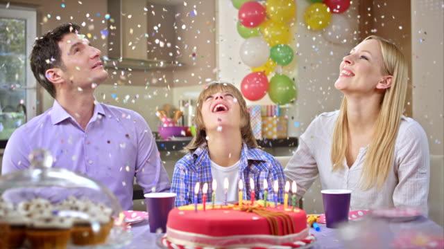 Confeti cayendo de San Luis Obispo Missouri en el birthday boy - vídeo