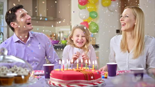 Confeti cayendo de San Luis Obispo Missouri, en el aniversario chica - vídeo