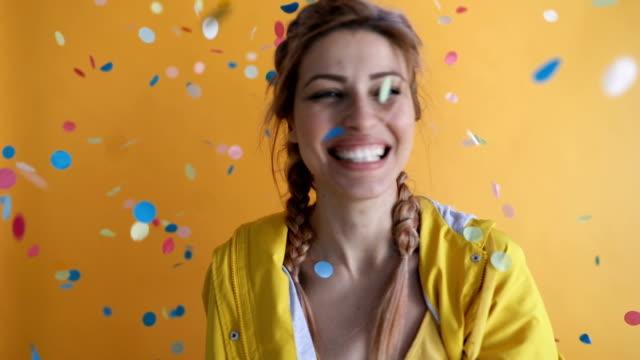 stockvideo's en b-roll-footage met confetti partij - roze haar