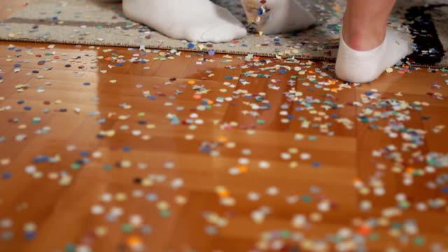 vídeos y material grabado en eventos de stock de confeti esparcidos en el piso después de fiesta - desordenado