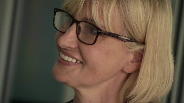 40+  confidence business women, entrepreneur - 40 49 lat filmów i materiałów b-roll