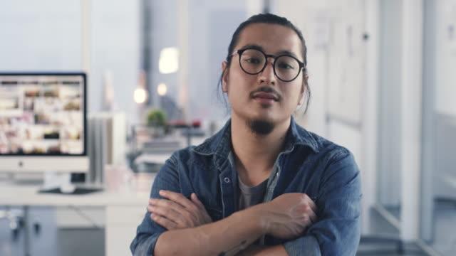 stockvideo's en b-roll-footage met vertrouwen komt met het grondgebied - portrait man