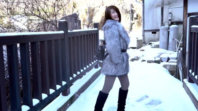 vidéos et rushes de femme de confiance dansant avec l'excitation dans le temps froid - seulement des japonais