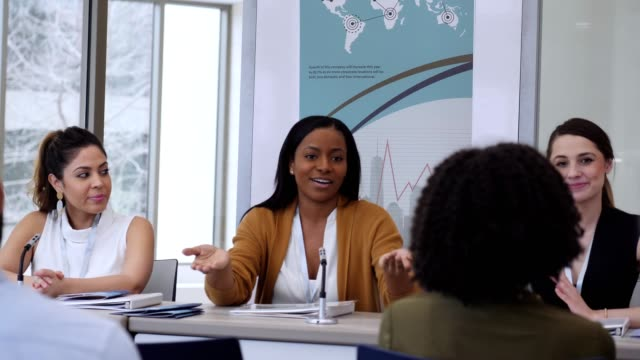 vertrauliche afroamerikanische geschäftsfrau diskutiert etwas während der podiumsdiskussion - redner stock-videos und b-roll-filmmaterial