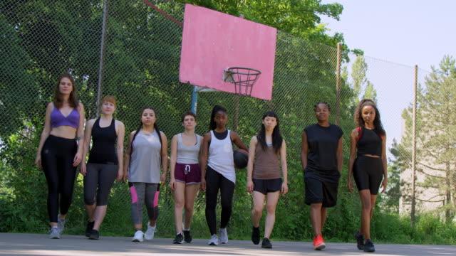 selbstbewusste basketballer gehen auf dem platz - übergrößen model stock-videos und b-roll-filmmaterial