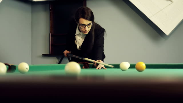 vídeos de stock e filmes b-roll de confident business woman in glasses plays billiards. - campeão desportivo