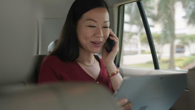 自信を持ってビジネスの女性事務所に通いながらタクシーで働く - 乗客点の映像素材/bロール