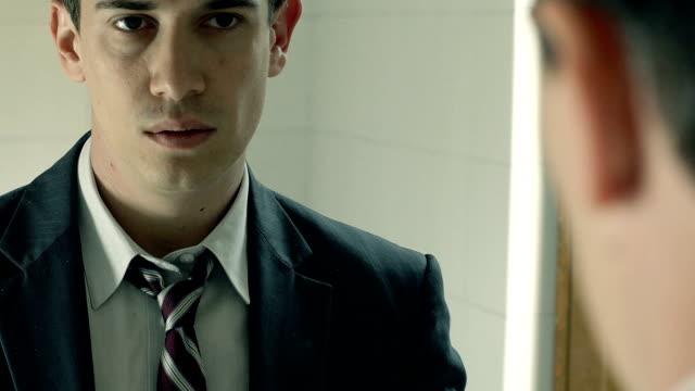 vídeos y material grabado en eventos de stock de seguro empresario en el espejo ajuste del cuello de brida - corbata