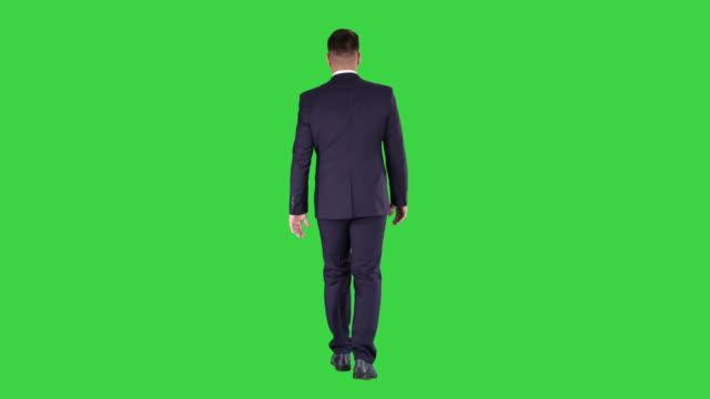 stockvideo's en b-roll-footage met vertrouwen zakenman lopen op een groen scherm, chroma key - sleutel beveiligingsapparatuur