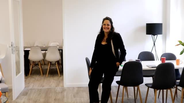 vídeos de stock e filmes b-roll de confident businesswoman leaning on desk at office - berlin wall