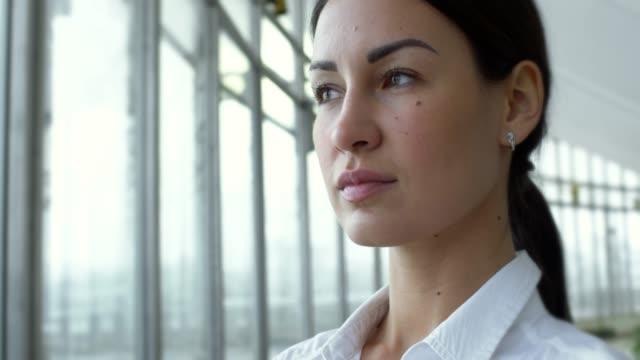 vídeos de stock, filmes e b-roll de confiante mulher de negócios olhando pela janela - ceo