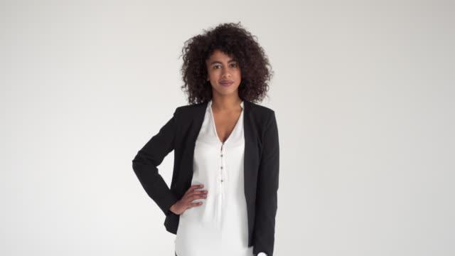 confident businesswoman - mani sui fianchi video stock e b–roll