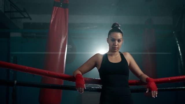 confident female boxer's look - donna forzuta video stock e b–roll