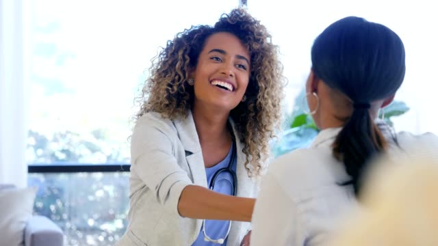 confident female doctor greets new female patient - scambio d'idee video stock e b–roll