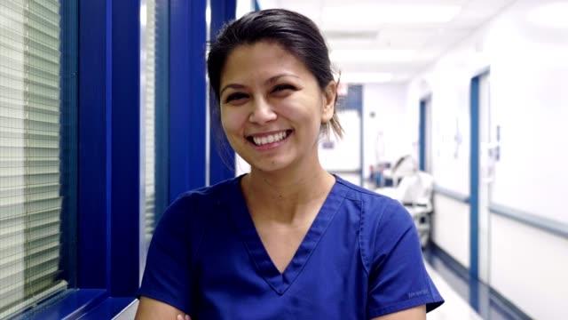 selbstbewusste ärztin im flur des krankenhauses - philippinischer abstammung stock-videos und b-roll-filmmaterial