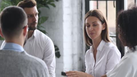 vídeos y material grabado en eventos de stock de mentora mujer confiada enseñando a empresarios multirraciales en la formación - negocio corporativo