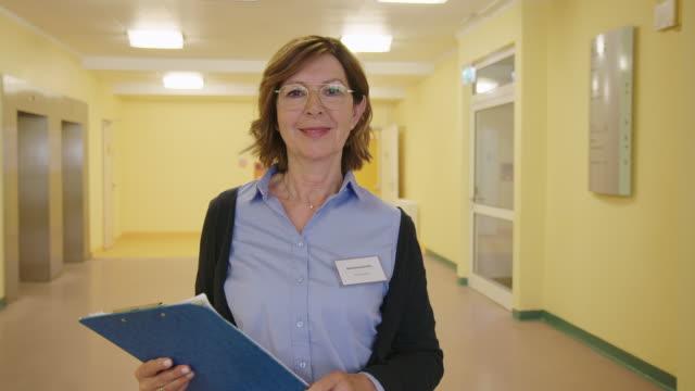 病院で自信を持って女性理学療法士 - 上半身点の映像素材/bロール