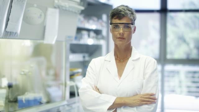 腕を組んだ自信のある女性科学者 - 上半身点の映像素材/bロール