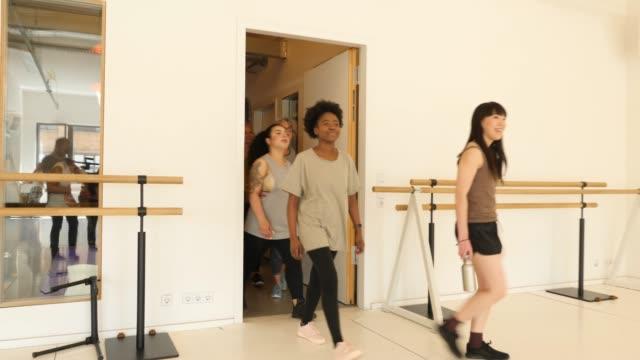 selbstbewusste frauen betreten tanzstudio - fitnesskurs stock-videos und b-roll-filmmaterial