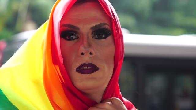 stockvideo's en b-roll-footage met vertrouwen gay boy holding regenboogvlag - drag queen