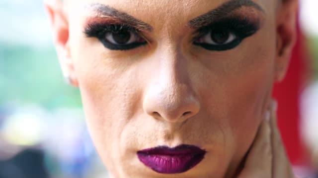 stockvideo's en b-roll-footage met vertrouwen gay boy - mijn leven is mijn keuze - drag queen