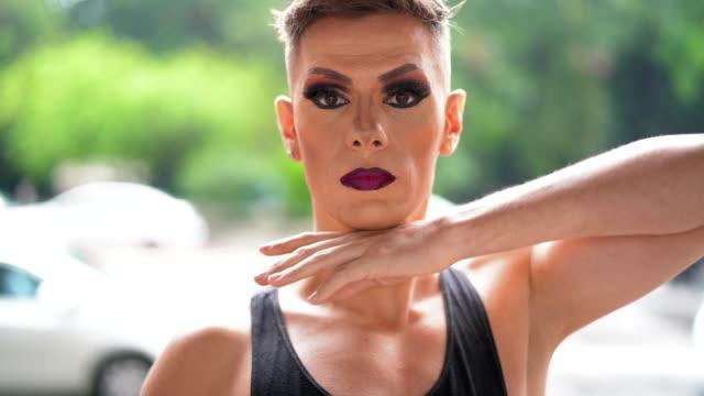 stockvideo's en b-roll-footage met vertrouwen gay boy - drag queen