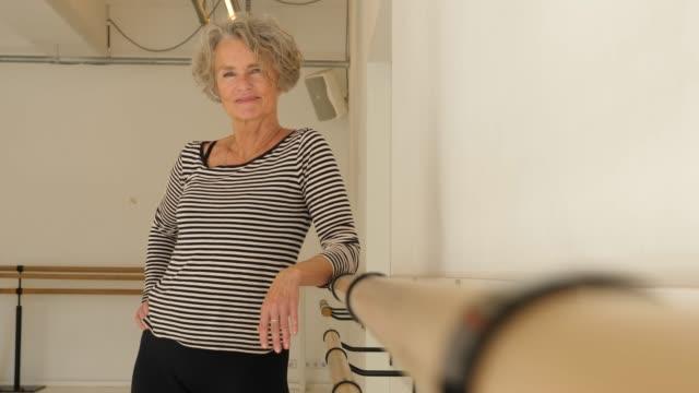 självsäker mogen kvinna som står i dans klass - mature women studio grey hair bildbanksvideor och videomaterial från bakom kulisserna