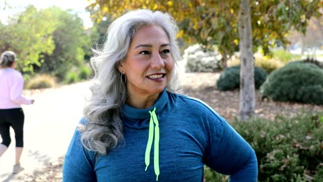 pewna siebie meksykańska kobieta po treningu - siwe włosy filmów i materiałów b-roll