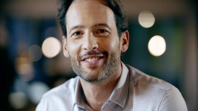 自信を持ってプロ男性笑顔の肖像画。企業チーム作業事務ミーティング。白人ビジネスマンや実業家の人々 グループ一緒に話しています。collaboration,growing,success.4k ビデオ - 男性 笑顔点の映像素材/bロール