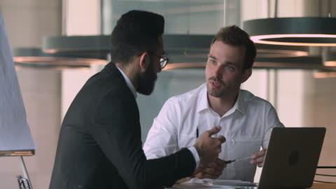 vídeos de stock, filmes e b-roll de consultor financeiro de vendedor confiante explicando detalhes do negócio para o cliente árabe. - business