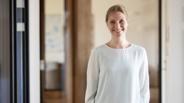 vidéos et rushes de femme d'affaires de sourire confiant dans le bureau - 30 34 ans