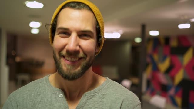 vídeos de stock, filmes e b-roll de confiante freelancer sorridente - 20 24 anos